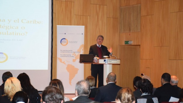 El ex presidente Leonel Fernández durante la conferencia ofrecida en Berlín.