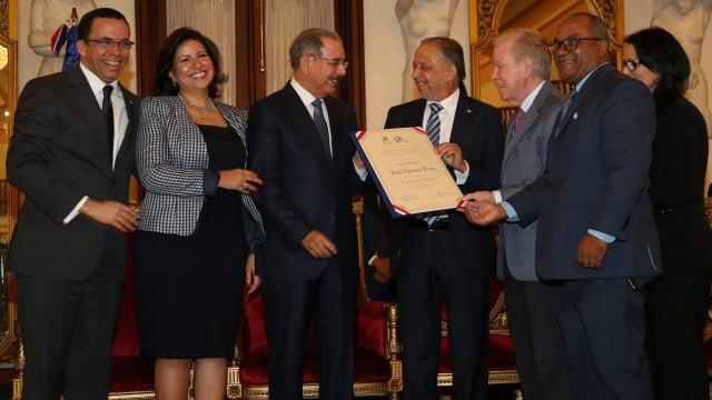 El periodista Huchi Lora recibe el Premio Nacional de Periodismo.