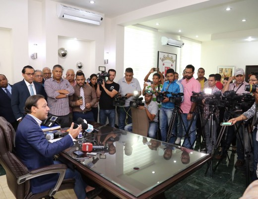 El alcalde Abel Martínez ofreció una rueda de prensa para aclarar versiones que lo vinculan a sectores dentro del PLD que estarían apoyando la marcha del domingo.