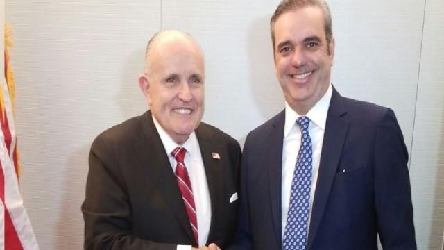 Foto de Abinader a su llegada a recepción ofrecida por Rudolph Giuliani