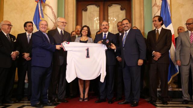 El presidente es liceista y recibió una franela del equipo con el número 1.