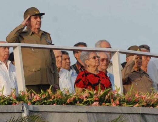 Raúl encabeza desfile en La Habana.