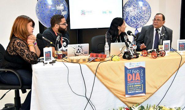 El director de Inafocam, Luis Matos mientras participa en un Radio-maratón que realizó el Ministerio de Educación en la estación de Radio Educativa Dominicana