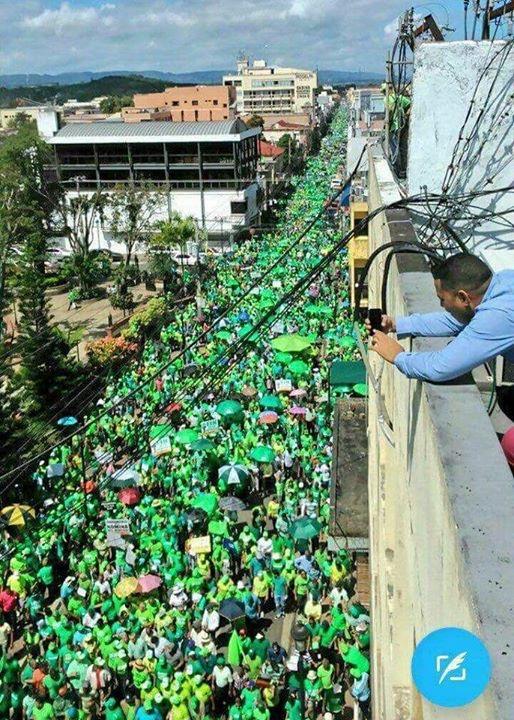 Multitud viste a az a de verde y acusan a medina for Medina motors pueblo co