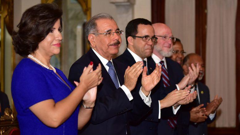 Presidente Medina entrega Medalla al Mérito Magisterial