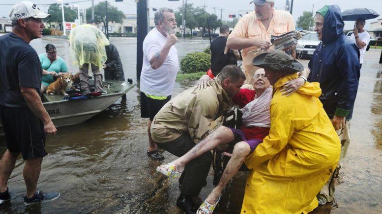 Huracán Harvey arrastra a la baja precios del petróleo