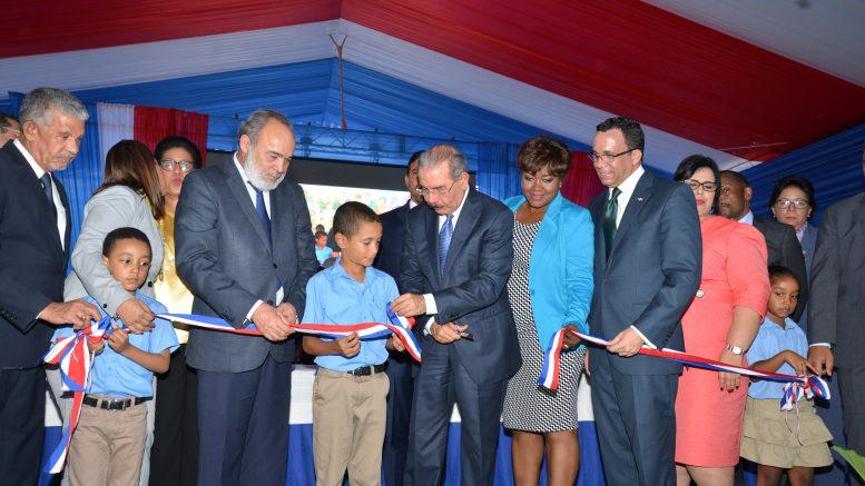 Presidente Medina inaugura plantel educativo en Boca Chica