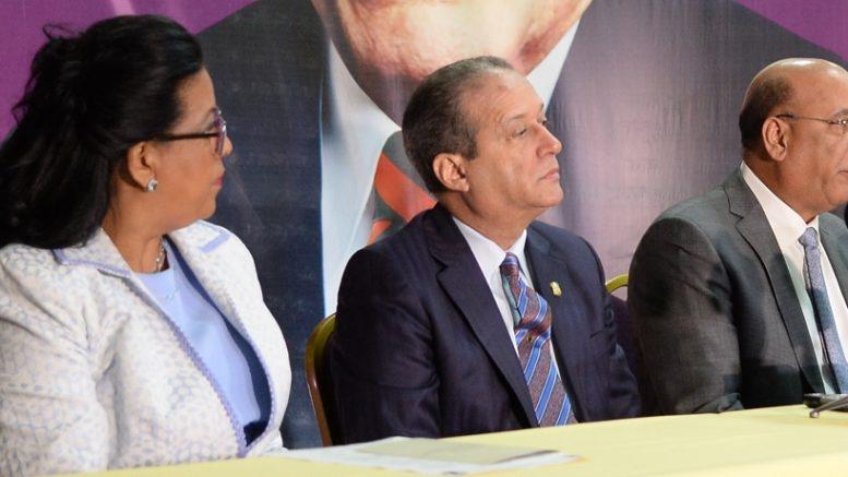 Abrazo entre presidente Danilo y Leonel anoche resulta en las redes sociales