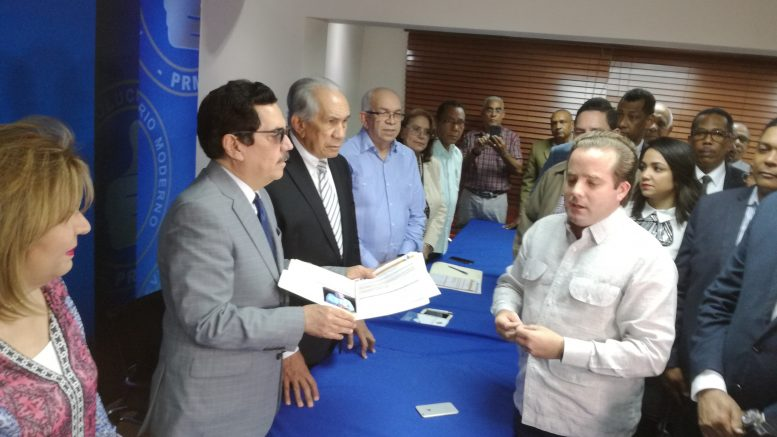Andrés Bautista inscribe su candidatura para revalidar la presidencia del PRM