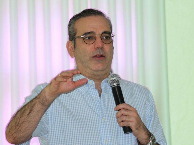 Luis Abinader dice no negocia oferta de alboroto por pedestal a su candidatura