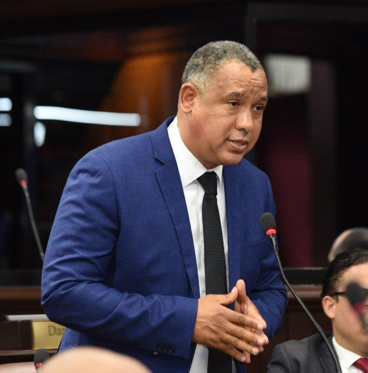 Senador Alexis Jiménez deplora infracción de bebida en Ángel Domingo Saliente