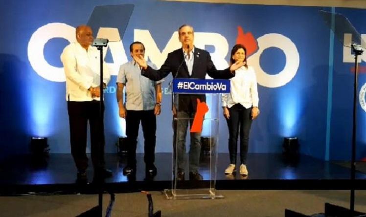 Luis Abinader celebra los resultados electorales que favorecen al PRM