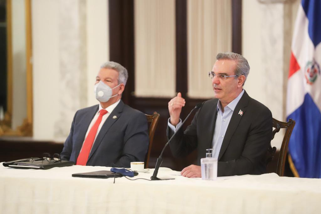 El presidente Luis Abinader y el ministro Lisandro Macarrulla